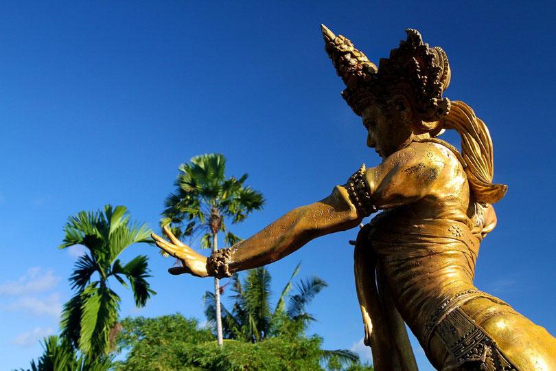Statue auf dem Dach vom Museum von Antonio Blanco in Ubud
