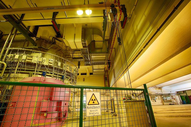 Reaktor (von der Experimentierhalle aus gesehen)