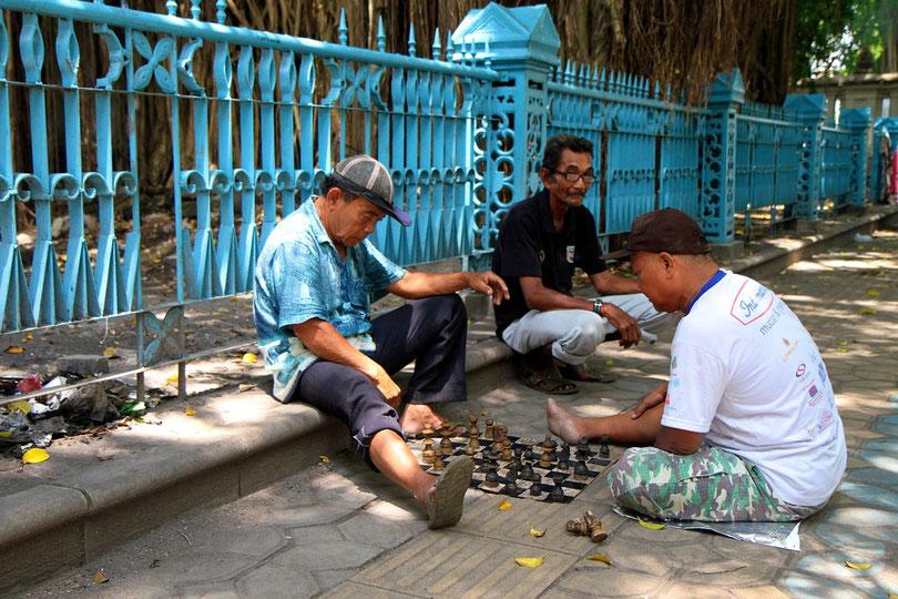 Zeitvertreib in den Straßen von Solo (Java)