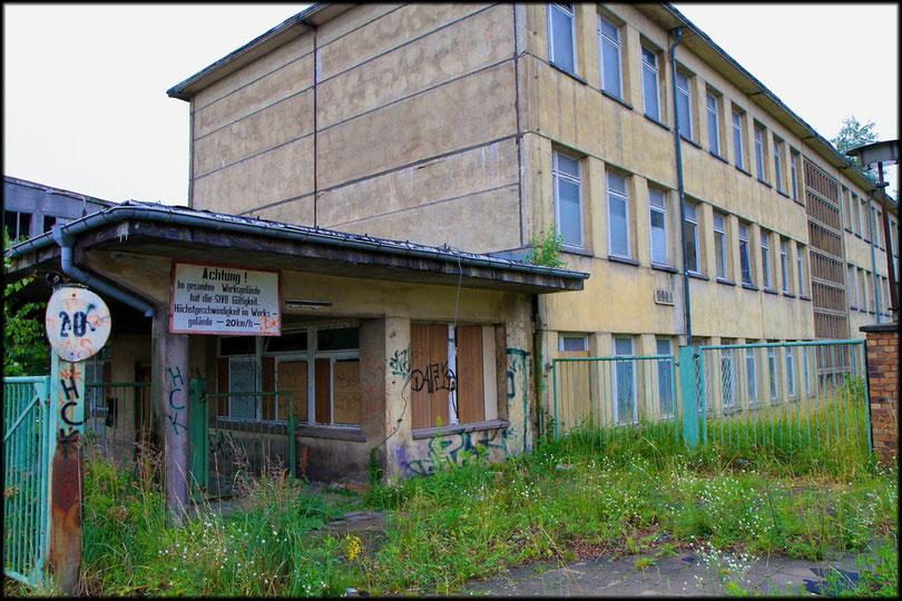 Das Verwaltungsgebäude von der Straßenseite