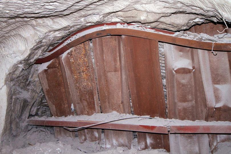Asse: Die Gebirgsmechanik zerdrückt auch schwere Eisenträger mühelos