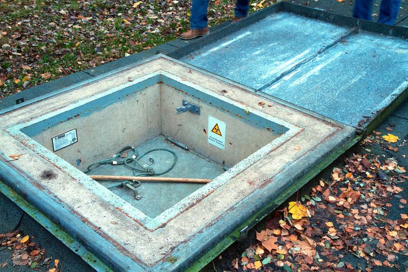 """Einstiegsluke zum strahlenden Druckbehälter der """"Otto Hahn"""""""