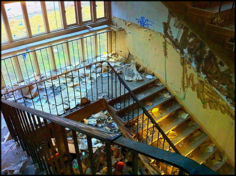 Das Treppenhaus voller Akten und Papiere