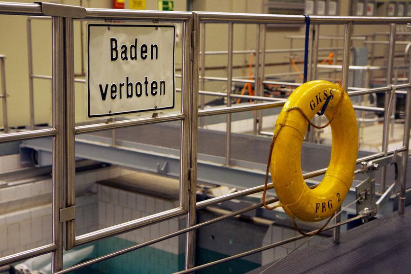 Gesetzlich vorgeschriebener Rettungsring am Reaktorbecken