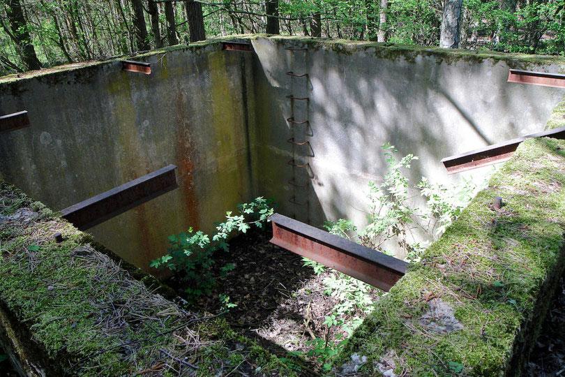 Betonschacht, in den der Aluminiumkessel mit dem Uran eingelassen war