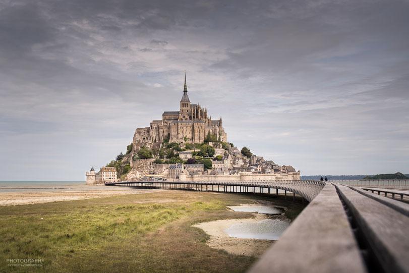 Der Mont Saint-Michel in der blauen Stunde.