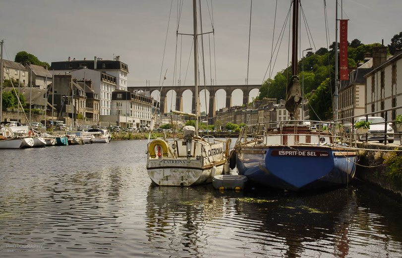 Morlaix mit seiner bekannten Eisenbahnbrücke quer über die Stadt.