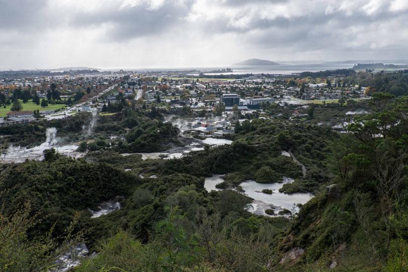 Aussicht auf die Stadt Rotorua mit dem gleichnamigen See im Hintergrund