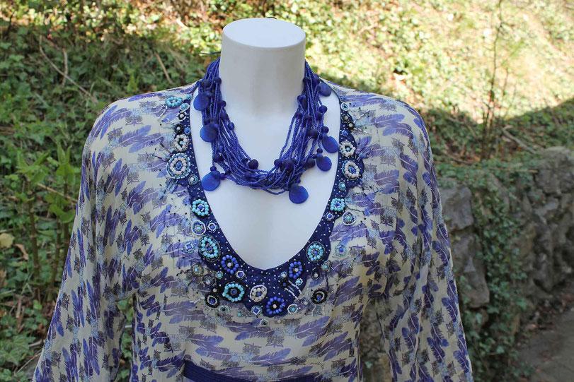 Second-Hand: Tunika in maritimen Farben mit dekorativem Perlenbesatz am Dekolleté