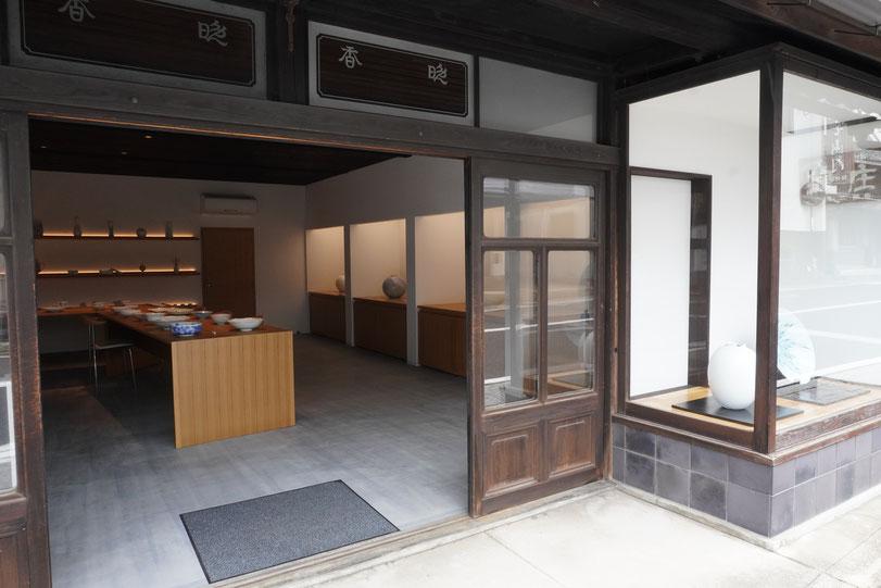 晩香窯ギャラリー:伝統的建造物でもある建物内にあるモダンジャパンな空間。庄村健、庄村久喜の美しい作品たちを展示している