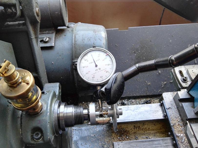 Mesure au comparateur sur le tour du faux rond de l'axe central