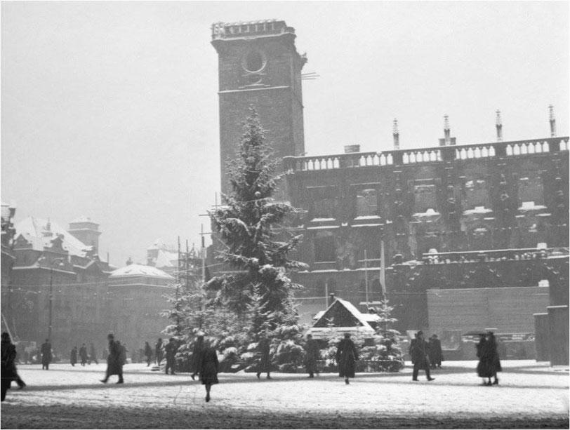 Weihnachtsbaum in der Prager Altstädter Ring in 1946. Das Bild ist noch original Old Town Hall.  Foto ČTK