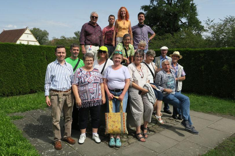 Die 16 mitreisenden Chormitglieder inklusive Reiseorganisator und -leiter Armin Trinkl (vorne links).