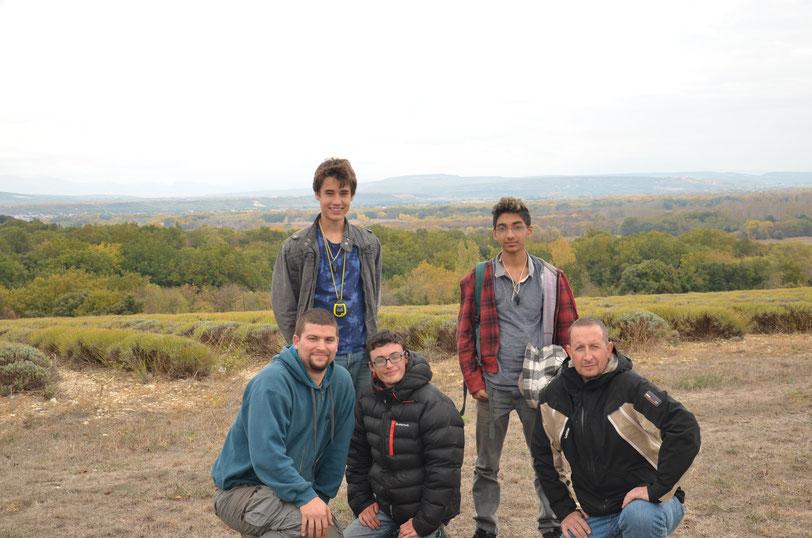 5 participants au Camp Niko devant un champ