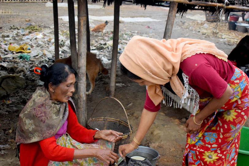 ラカイン人の店で買い物をするロヒンギャの女性