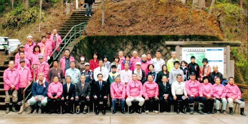 西川知事出席のもと保勝会の会員と共に納まる植樹祭の記念写真です。