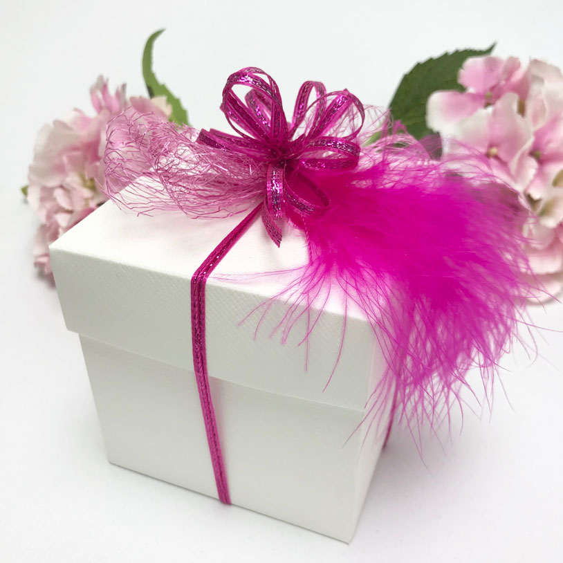 Geschenkbox Dekoration mit Federn