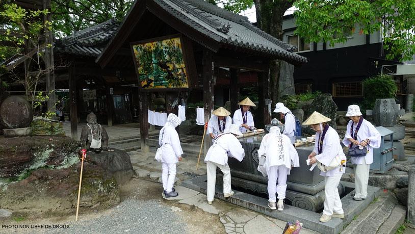 Pèlerins se désaltérant, Ishite-Ji, Matsuyama, photo non libre de droits