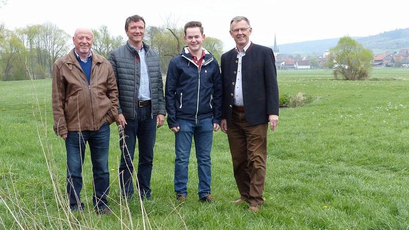 Die CDU-Fraktion um den Fraktionsvorsitzenden Wolfgang Schleiter (rechts) vor der zu renaturierenden Lauteraue in Angersbach.