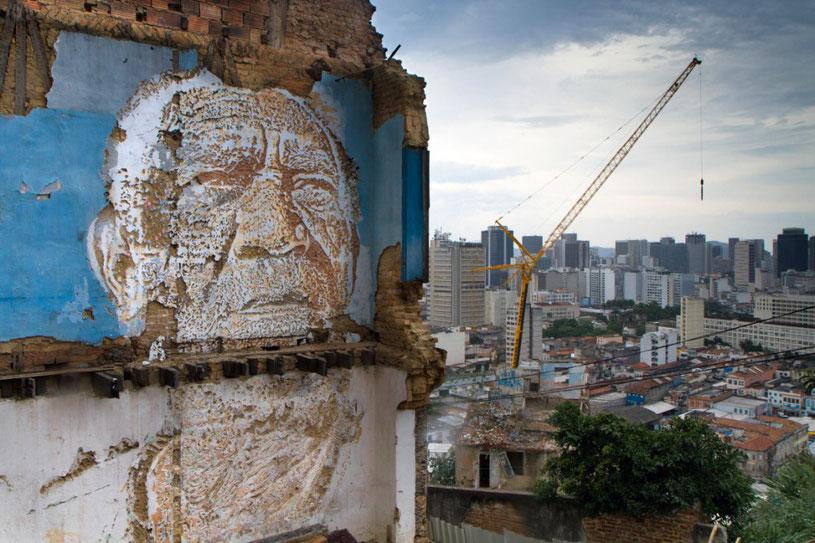 Vhils street art vieil homme gravé dans le mur