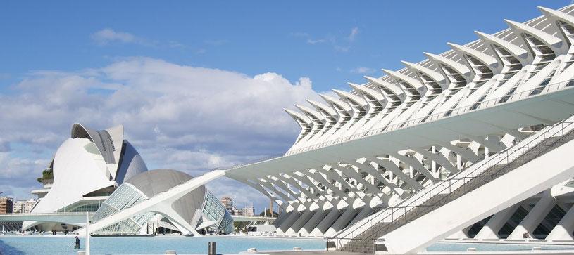 Valencia ist eine Großstadt in Ost-Spanien mit rund 800.000 Einwohnern. Die Stadt am Mittelmeer verfügt dabei nicht nur über einen bedeutenden Seehafen und zahlreiche Sehenswürdigkeiten, sondern auch über spannende Highlights für Design- und Architekturin