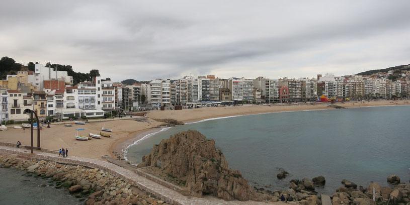 Blanes, spanische Provinz Girona, Strand, Meer, Wellen, Küste