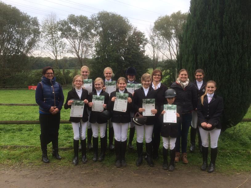 Viele Reiterinnen legten erfolgreich die Prüfungen für verschiedene Reitabzeichen ab -Herzlichen Glückwunsch!