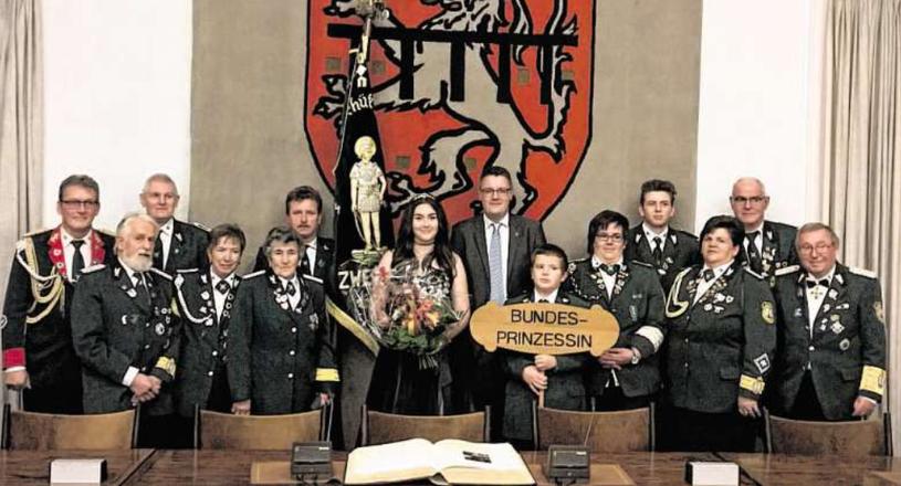 """Die amtierende Bundesprinzessin, Svenja Dobbelstein, und ihr """"Geleit"""" wurden im Rathaus von Bürgermeister Dr. Grüttemeier empfangen. Foto: Stadt Stolberg"""