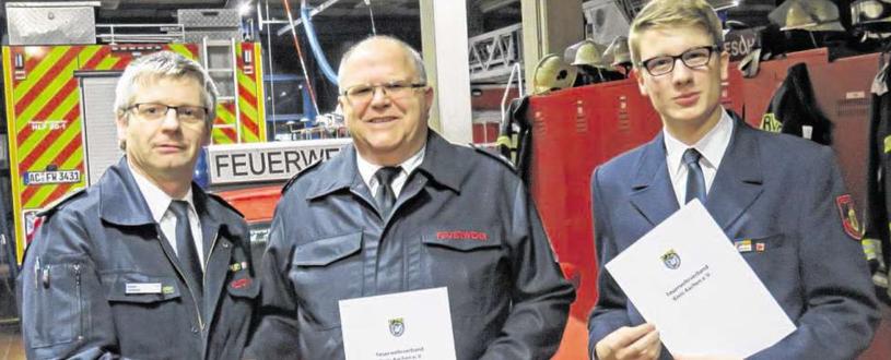Der Vorsitzende des Kreisfeuerwehrverbandes, Kreisbrandmeister Bernd Hollands (links), ernannte Rainer Peitsch (Mitte) zum Kreisstabsführer und Jonas Nobis (rechts) zu seinem Stellvertreter. Foto: Städteregion