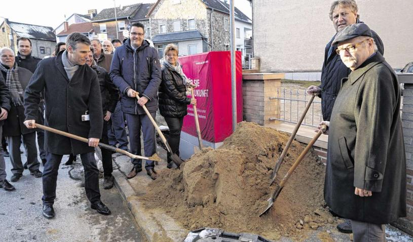 Vertreter der Stadt beim offiziellen Spatenstich auf der Schillerstraße in Werth - bald sollen die ersten Kabel verlegt werden. Foto: B. Zilkens