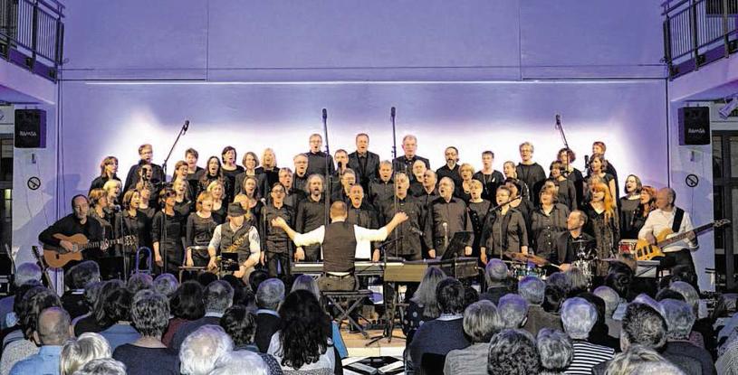 Der von Christoph Leuchter geleitete Neue Chor Würselen und die virtuosen Instrumentalisten entfachen wahre Begeisterungsstürme. Foto: Dirk Müller