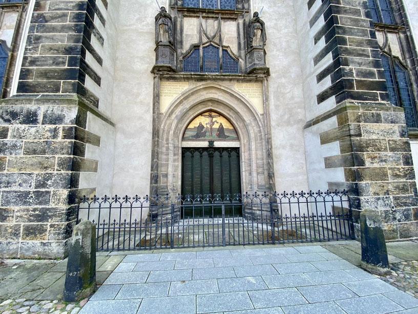 Thesentür. 1517 schlug Martin Luther an der Schlosskirche seine 95 revolutionären Thesen an. Heute erinnert die Bronzetür an das Weltereignis