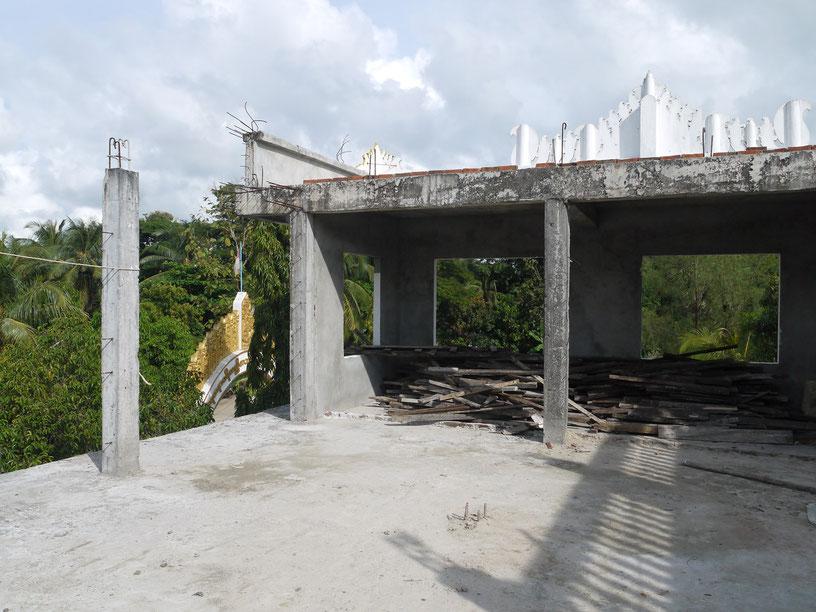改修途中で頓挫している校舎の様子