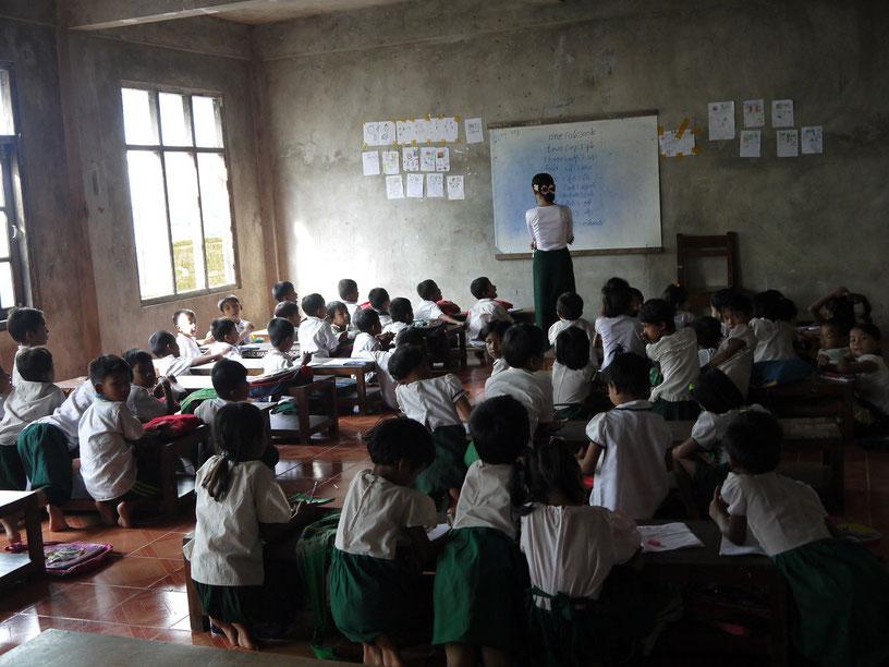 寺院学校で学ぶ子どもたち
