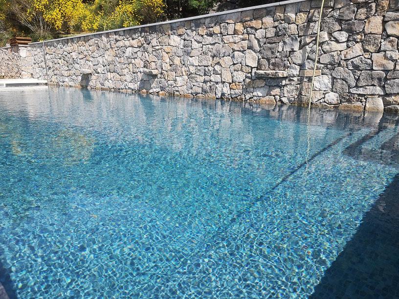 piscine mosaïque gris foncé