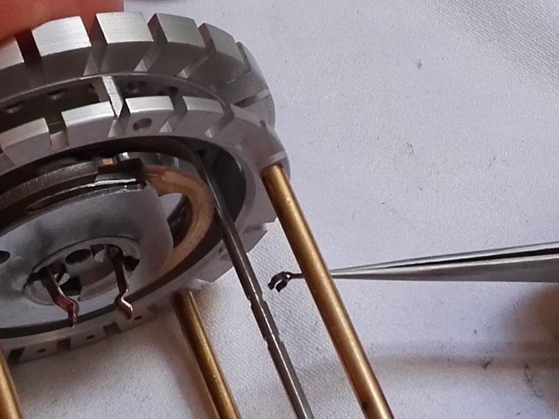 Montage d'un circlips sur un axe de retenue