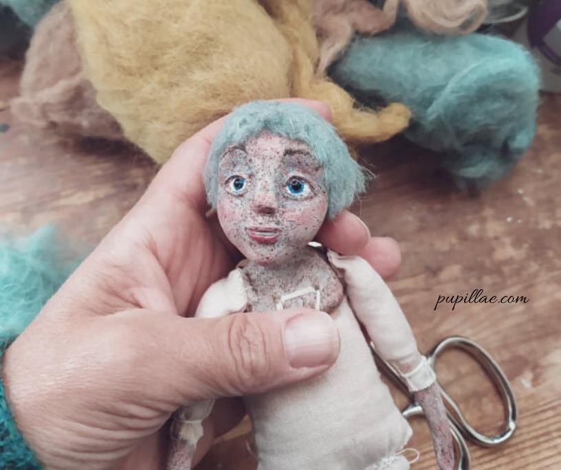 La mia bambola artistica ispirata a Giovanna d'Arco durante il processo di creazione.