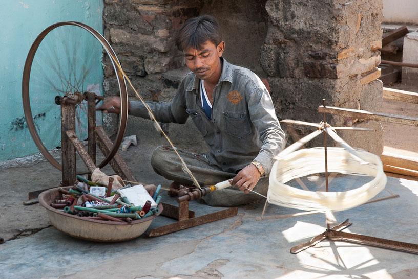 Rouet indien rudimentaire utilisé surtout dans les villages de l'Inde. Il est fait d'une roue de bicyclette posée sur un support métallique et actionné à la main.