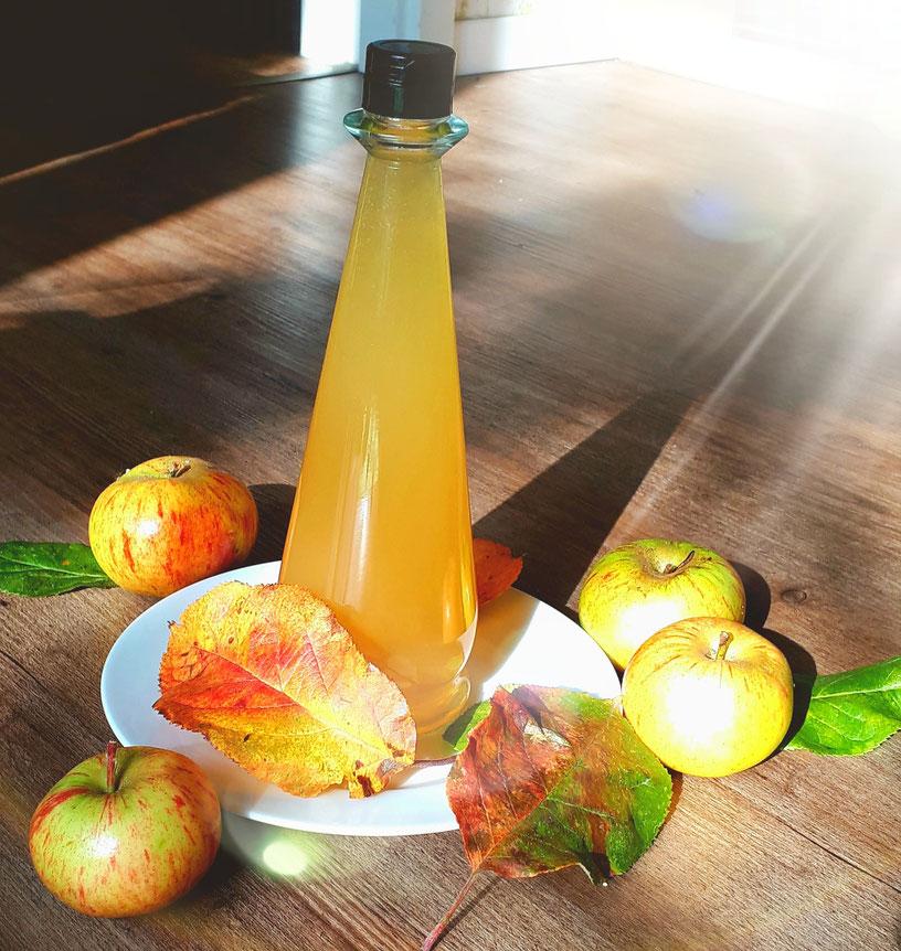 Er hilft beim Abnehmen, ist gut für die Verdauung, antiallergen, gut für den Blutzuckerspiegel, hilft bei Ausschlag undundund  🍎🍏 Apfelessig 🍏🍎🍏