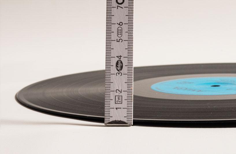 Meterstab neben der Schallplatte hingestellt, Verwellung unter 3mm