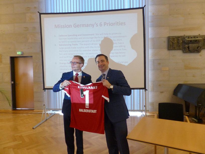 Feierlich wurde das Trikot vom OB Andreas Henke (links) an USA-Konsul Timothy Eydelnant überreicht.