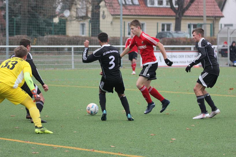 Lukas Ferchow (rot) hier umzingelt von drei Gegenspielern, traf in der 6. Minute zum 1:0