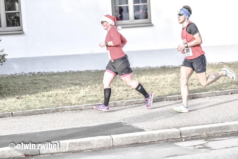 Elisabeth Angerer und Steffen Wittmann erfolgreich beim Erkheimer Nikolaus-Straßenlauf - zufällig zusammen erwischt von Alwin Zwibel