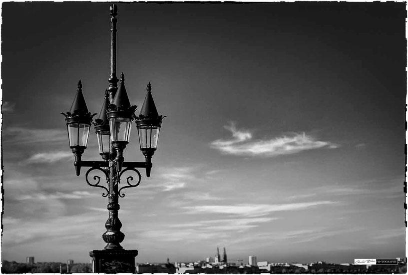 Lampadaire du pont de pierre à Bordeaux