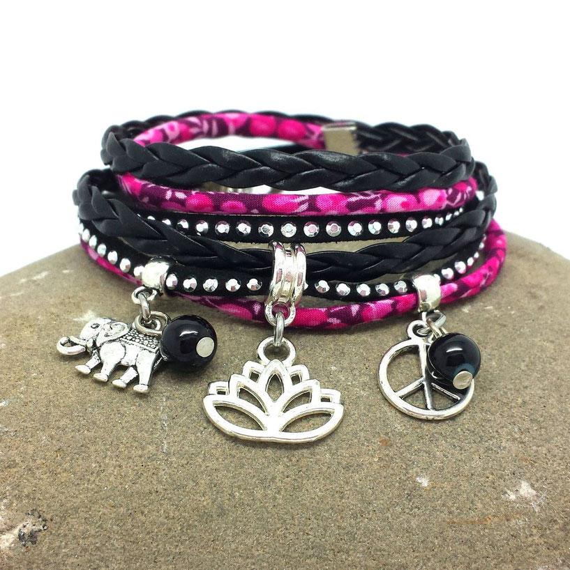 Le bracelet manchette multi tours Fleur de Lotus et ses breloques est fait pour vous avec ses tons rose et noir.
