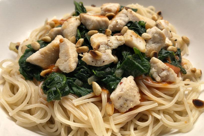 """Rezepte bei Eisenmangel: """"Pasta mit Spinat und Huehnchen"""" von Dr. Matthias Marquardt"""
