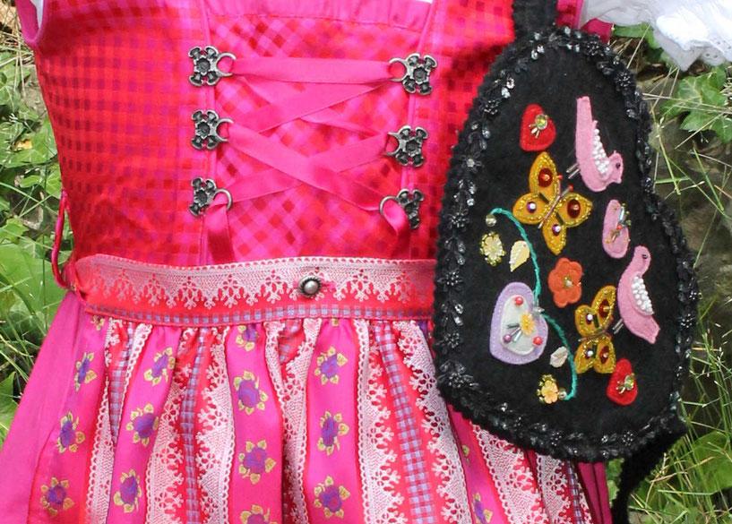 Second-Hand: Süßes Dirndl in Pink mit besonders schöner Schürze
