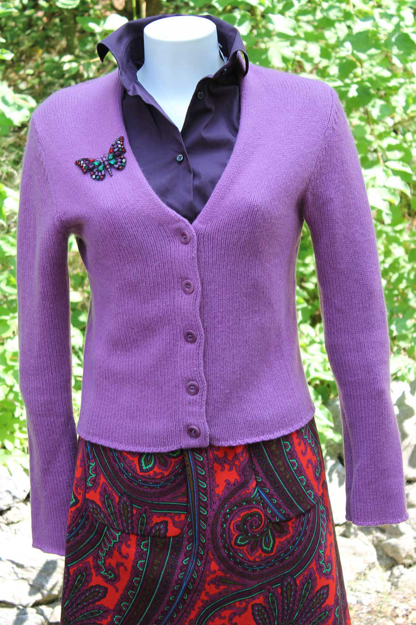 Second-Hand: Fliederfarbene Strickjacke mit Schmetterlingsapplikation und buntem Rock
