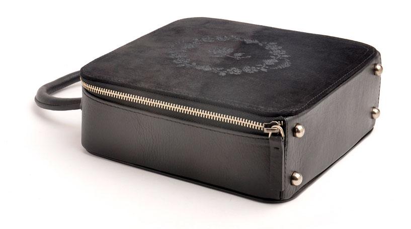 Trachtentasche Henkeltasche Ledertasche versandkostenfrei kaufen . OWA AMELIE schwarz mit reizendem Rosenstick