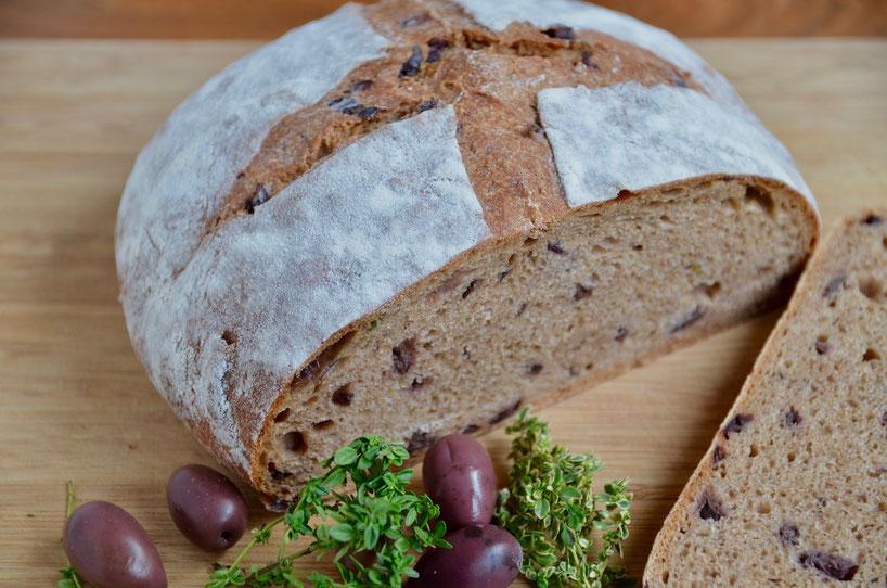Mediterranes Brot mit Oliven und Zitronenthymian